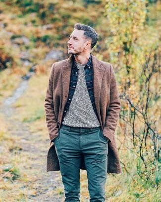 Comment porter: pardessus marron, pull à col rond gris, chemise à manches longues écossaise bleu marine, pantalon chino en laine bleu canard