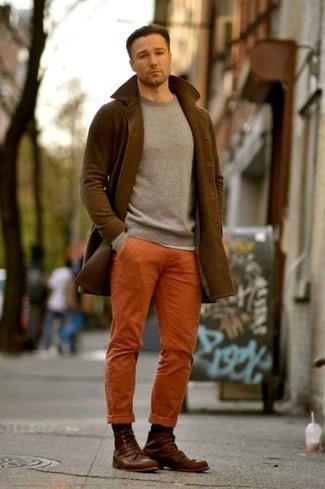 Comment porter: pardessus marron, pull à col rond gris, pantalon chino orange, bottes de loisirs en cuir marron