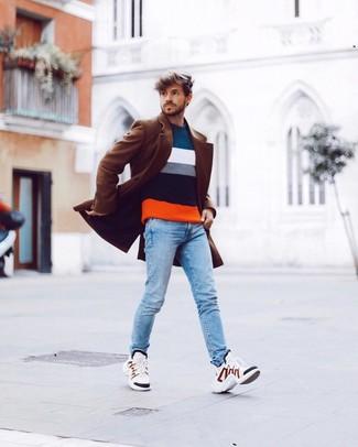 Comment porter: pardessus marron, pull à col rond à rayures horizontales multicolore, jean skinny bleu clair, chaussures de sport blanches