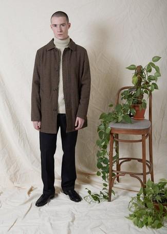 Tendances mode hommes: Porte un pardessus en vichy marron et un pantalon de costume en laine noir pour un look classique et élégant. Une paire de des mocassins à pampilles en cuir noirs s'intégrera de manière fluide à une grande variété de tenues.