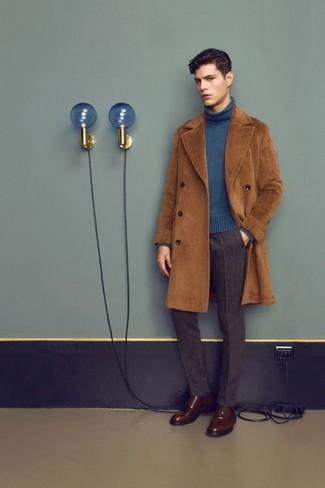 Comment porter: pardessus marron, pull à col roulé bleu, pantalon de costume en laine marron foncé, chaussures derby en cuir marron foncé