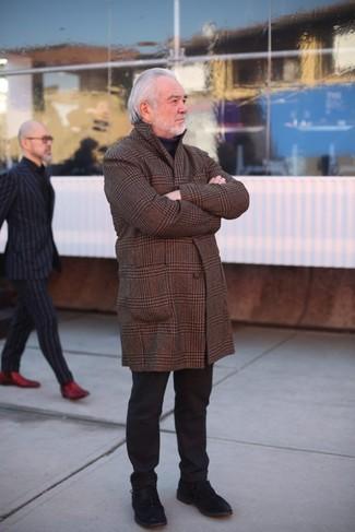 Comment porter: pardessus écossais marron, pull à col roulé noir, pantalon chino noir, chaussures derby en daim noires