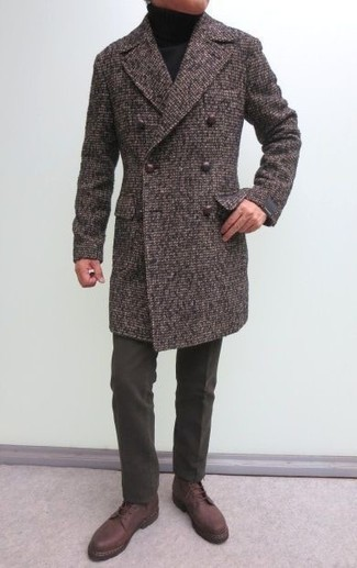 Comment porter: pardessus marron, pull à col roulé noir, pantalon de costume en laine marron foncé, bottes de loisirs en cuir marron