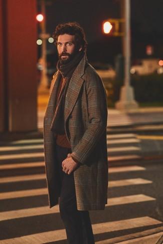 Comment porter: pardessus écossais marron, pull torsadé tabac, pantalon chino noir, écharpe en tricot marron foncé