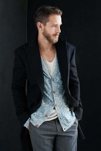 Comment porter un cardigan bleu clair: Pense à associer un cardigan bleu clair avec un pantalon de costume gris pour un look classique et élégant.