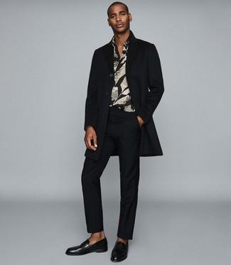 Comment porter: pardessus noir, chemise à manches longues imprimée noire, pantalon de costume noir, slippers en cuir noirs