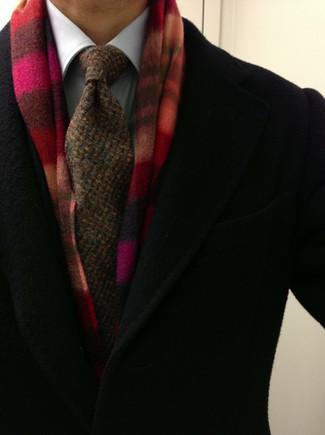 Comment porter: pardessus noir, chemise de ville blanche, cravate en tricot marron, écharpe écossaise rouge
