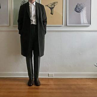 Comment porter un pantalon de costume gris foncé: Associe un pardessus noir avec un pantalon de costume gris foncé pour un look pointu et élégant. Tu veux y aller doucement avec les chaussures? Choisis une paire de bottines chelsea en cuir marron foncé pour la journée.