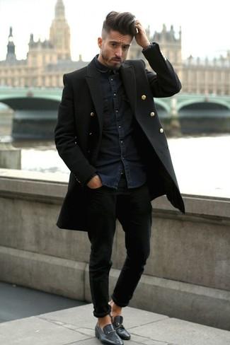 Une chemise en jean et un jean noir sont un choix de tenue idéale à avoir dans ton arsenal. Cette tenue est parfait avec une paire de des slippers en cuir noirs.