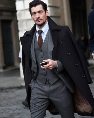 Comment porter: pardessus noir, complet gris, chemise de ville bleu clair, cravate en tricot marron
