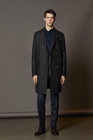Comment porter: pardessus noir, costume à carreaux bleu marine, pull à col cheminée bleu marine, monks en cuir marron foncé