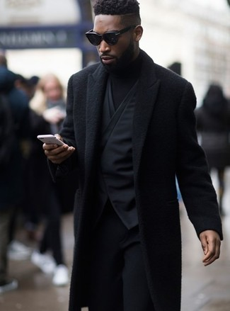 Comment porter: pardessus noir, gilet noir, pull à col roulé noir, pantalon de costume en laine noir