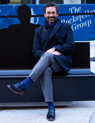 Comment porter: pardessus noir, pantalon de costume gris, chaussures richelieu en cuir noires, chaussettes á pois bleu marine