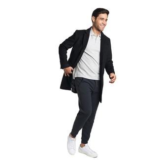 Comment porter: pardessus noir, polo gris, pantalon de jogging noir, baskets basses en cuir blanches