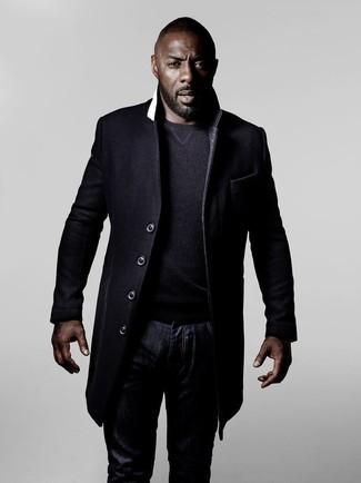 Tenue de Idris Elba: Pardessus noir, Pull à col rond gris foncé, Jean bleu marine