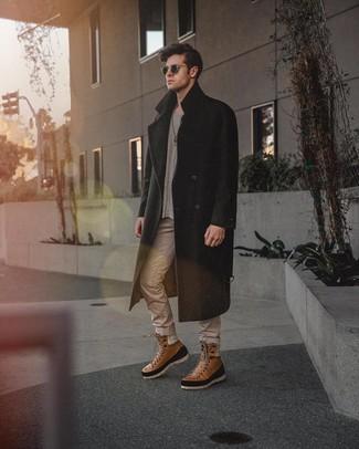 Comment porter: pardessus noir, pull à col rond gris, jean beige, bottes de loisirs en cuir marron