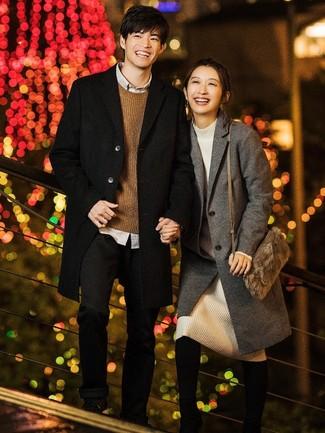 Comment porter: pardessus noir, pull à col rond marron, chemise à manches longues grise, pantalon chino noir