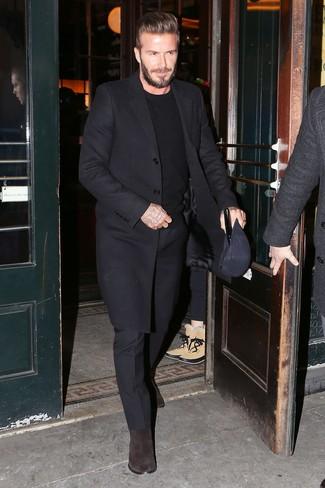 Tenue de David Beckham: Pardessus noir, Pull à col rond noir, Pantalon de costume noir, Bottines chelsea en daim marron foncé