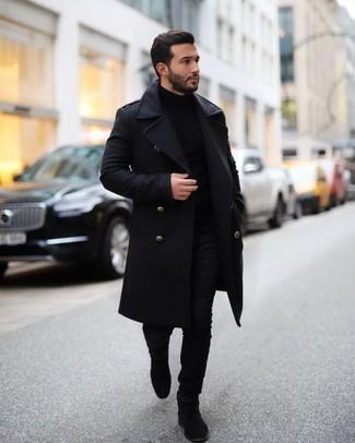 Comment porter des bottines chelsea en daim noires: Pense à harmoniser un pardessus noir avec un jean noir pour aller au bureau. Habille ta tenue avec une paire de des bottines chelsea en daim noires.