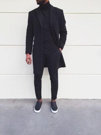 Comment porter: pardessus noir, pull à col roulé noir, pantalon chino noir, baskets à enfiler en cuir noires