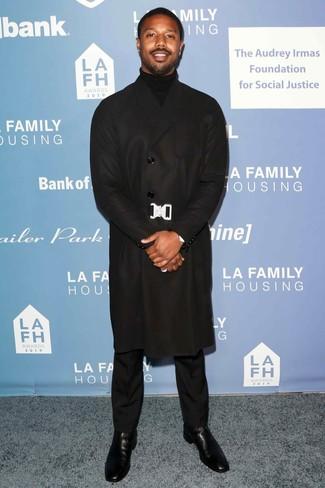 Comment porter: pardessus noir, pull à col roulé noir, pantalon de costume noir, bottines chelsea en cuir noires