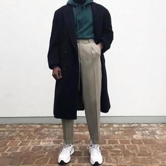 Comment porter: pardessus noir, sweat à capuche vert foncé, pantalon de costume beige, chaussures de sport blanches