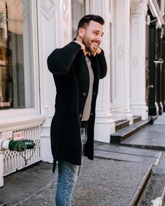 Comment porter: pardessus noir, t-shirt à col rond à rayures horizontales blanc et noir, jean skinny bleu