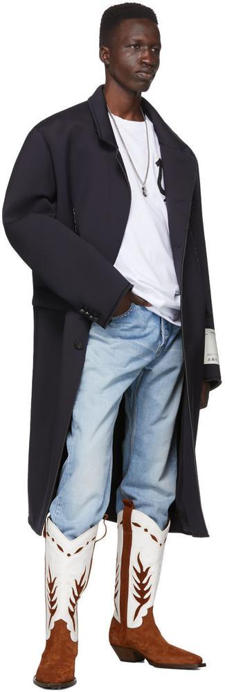 Comment porter: pardessus noir, t-shirt à col rond imprimé blanc et noir, jean bleu clair, bottes western en cuir blanc et marron