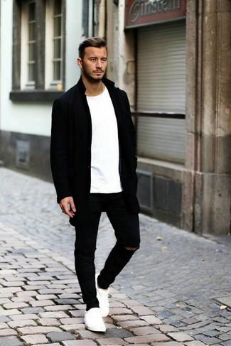 Comment porter des baskets basses blanches à 20 ans: Porte un pardessus noir et un jean déchiré noir pour affronter sans effort les défis que la journée te réserve. Termine ce look avec une paire de des baskets basses blanches.