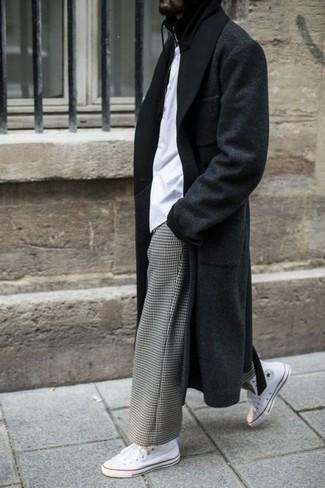Comment porter: pardessus noir, t-shirt à col rond blanc, pantalon chino à carreaux gris, baskets montantes en toile blanches