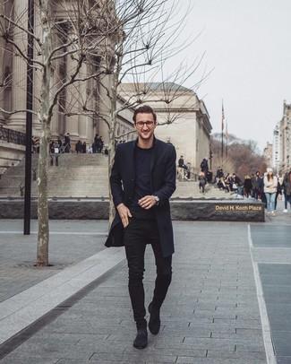 Comment porter: pardessus noir, t-shirt à col rond noir, jean skinny noir, bottines chelsea en daim noires