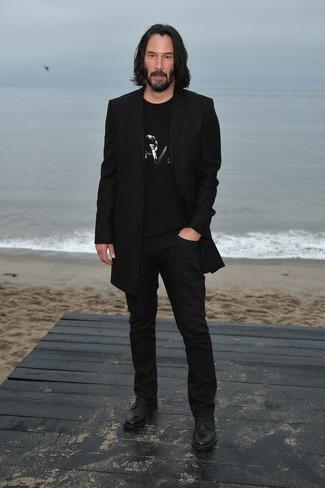 Comment porter: pardessus noir, t-shirt à col rond orné noir, pantalon chino noir, chaussures derby en cuir noires