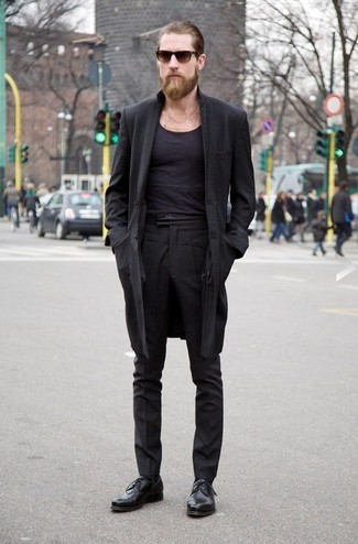 Comment porter: pardessus noir, t-shirt à col rond noir, pantalon de costume noir, chaussures derby en cuir noires
