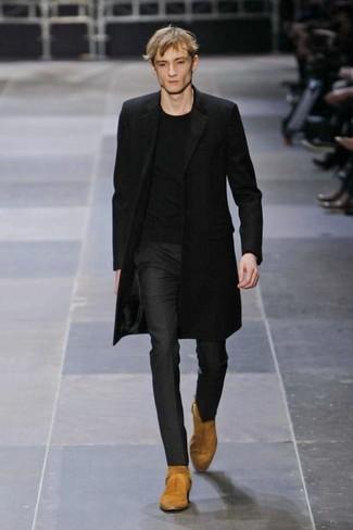 Comment porter: pardessus noir, t-shirt à col rond noir, pantalon de costume noir, bottes western en daim marron clair