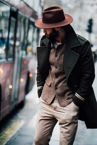 Comment porter: pardessus olive, blazer en laine marron, pantalon chino marron clair, chapeau en laine marron