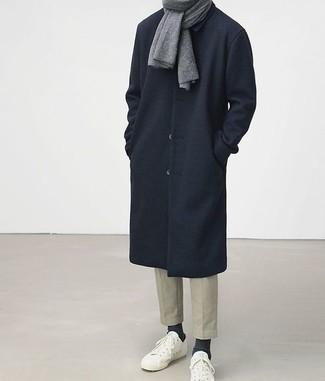 Comment porter une écharpe grise: Opte pour le confort dans un pardessus bleu marine et une écharpe grise. Une paire de des baskets basses blanches est une option judicieux pour complèter cette tenue.