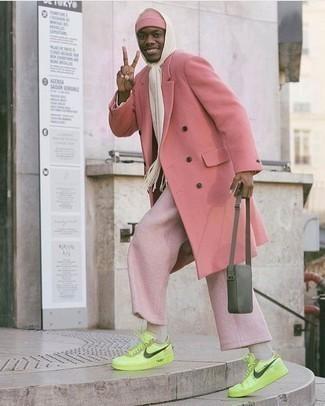 Tendances mode hommes: Opte pour un pardessus rose avec un pantalon chino rose pour prendre un verre après le travail. Jouez la carte décontractée pour les chaussures et assortis cette tenue avec une paire de des baskets basses en cuir chartreuses.