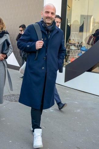 Comment s'habiller au printemps: Harmonise un pardessus bleu marine avec un pantalon chino noir pour aller au bureau. Jouez la carte décontractée pour les chaussures et opte pour une paire de des baskets montantes blanches. Nous adorons cette tenue canon, bien printanière.