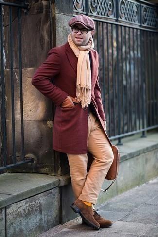 Comment porter un pantalon chino marron clair: Essaie de marier un pardessus bordeaux avec un pantalon chino marron clair si tu recherches un look stylé et soigné. Une paire de des chaussures brogues en daim marron apportera une esthétique classique à l'ensemble.