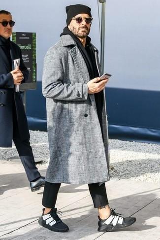 Comment s'habiller après 40 ans quand il fait froid: Essaie de marier un pardessus écossais gris avec un pantalon chino noir pour un look idéal au travail. Si tu veux éviter un look trop formel, fais d'une paire de chaussures de sport noires et blanches ton choix de souliers.