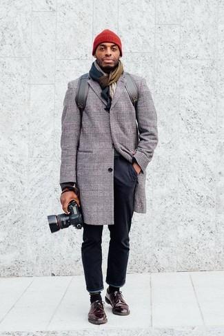 Tenue: Pardessus écossais gris, Pantalon chino noir, Chaussures derby en cuir marron foncé, Sac à dos en cuir gris