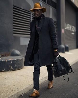 Comment porter: pardessus noir, pantalon chino noir, chaussures derby en cuir marron, sac à dos en cuir noir