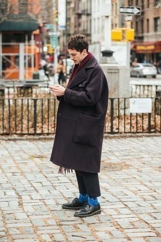 Tendances mode hommes: Pense à harmoniser un pardessus pourpre foncé avec un pantalon chino gris foncé pour créer un look chic et décontracté. Jouez la carte classique pour les chaussures et complète cet ensemble avec une paire de des chaussures derby en cuir noires.
