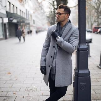 Comment porter: pardessus gris, pantalon chino noir, écharpe à carreaux grise, gants en cuir noirs