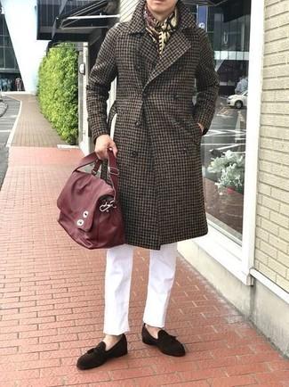 Comment porter: pardessus en vichy marron foncé, pantalon chino blanc, mocassins à pampilles en daim marron foncé, besace en cuir rouge