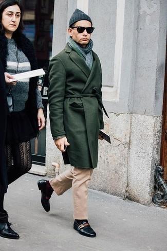 Comment porter des slippers en cuir noirs après 40 ans: Pense à marier un pardessus vert foncé avec un pantalon chino marron clair pour prendre un verre après le travail. Jouez la carte classique pour les chaussures et fais d'une paire de des slippers en cuir noirs ton choix de souliers.