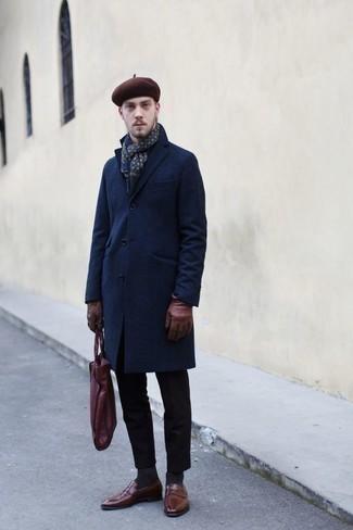 Comment porter une écharpe imprimée bleu marine: Choisis un pardessus bleu marine et une écharpe imprimée bleu marine pour une tenue relax mais stylée. D'une humeur créatrice? Assortis ta tenue avec une paire de des slippers en cuir marron.