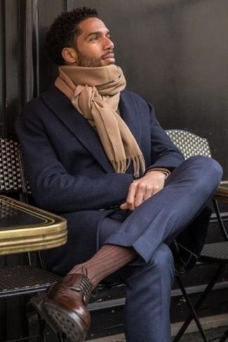 Comment porter une écharpe marron clair: Pour une tenue aussi confortable que ton canapé, porte un pardessus bleu marine et une écharpe marron clair. Une paire de des bottes de loisirs en cuir marron foncé rendra élégant même le plus décontracté des looks.