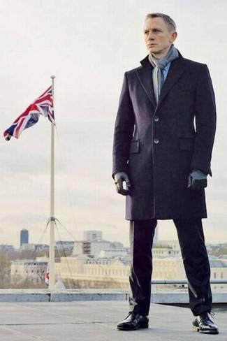 Tenue de Daniel Craig: Pardessus bleu marine, Pantalon de costume noir, Bottes habillées en cuir noires, Écharpe grise