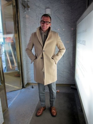 Comment porter une écharpe marron clair: Pour une tenue aussi confortable que ton canapé, pense à harmoniser un pardessus marron clair avec une écharpe marron clair. Une paire de des chaussures brogues en cuir marron est une façon simple d'améliorer ton look.